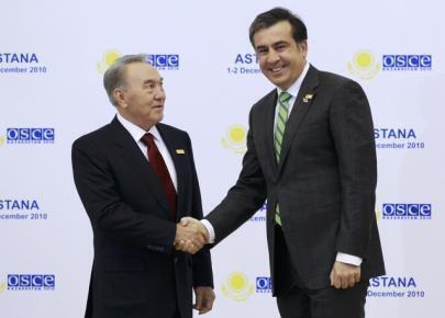 Tổng thống Kazachstan Nursulatan Nazarbayev (trái) chào đón Tổng thống Gruzia Mikheil Saakashvili (phải) đến dự Hội nghị thượng đỉnh OSCE tại Astana ngày 1/12/2010.
