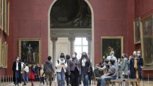 Парижский Лувр в эту среду, 19 мая.