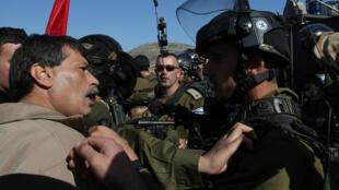 Ziad Abou Eïn, en prise avec des soldats israéliens ce mercredi 10 décembre 2014 à Turmus Ayya, soit juste avant sa mort.