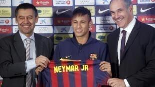 Neymar com o diretor esportivo Andoni Zubizarreta(direita) e o Vice presidente Ferran Bartomeu.