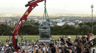 En Afrique du Sud, la statue coloniale de Cecil John Rhodes, qui se trouvait à l'entrée de l'université du Cap, a finalement été déboulonnée, le 9 avril 2015.