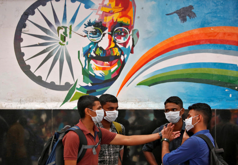 با اینکه آمار رسمی فقط ۶۰۰ مورد ابتلا به ویروس کرونا را در کشور ۱ میلیارد و ۳۰۰ میلیون نفری هند تایید کرده اند اما با این حال، هند از روز گذشته به این سو در قرنطینه به سر می برد.