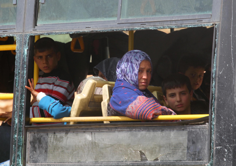 Wasu fararen hula da ake kwashewa daga yankunan Syria da ke hannun 'yan tawaye.