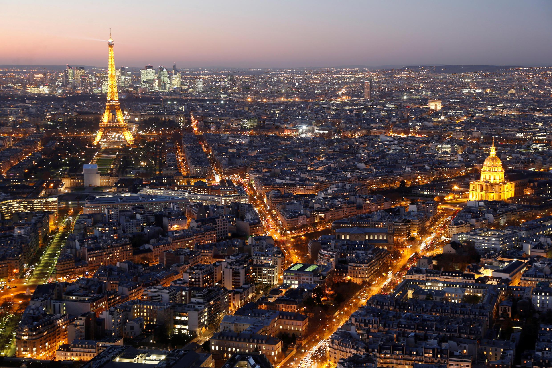Ảnh chụp toàn cảnh Paris với tháp Eiffel và điện Invalides 28/06/2016