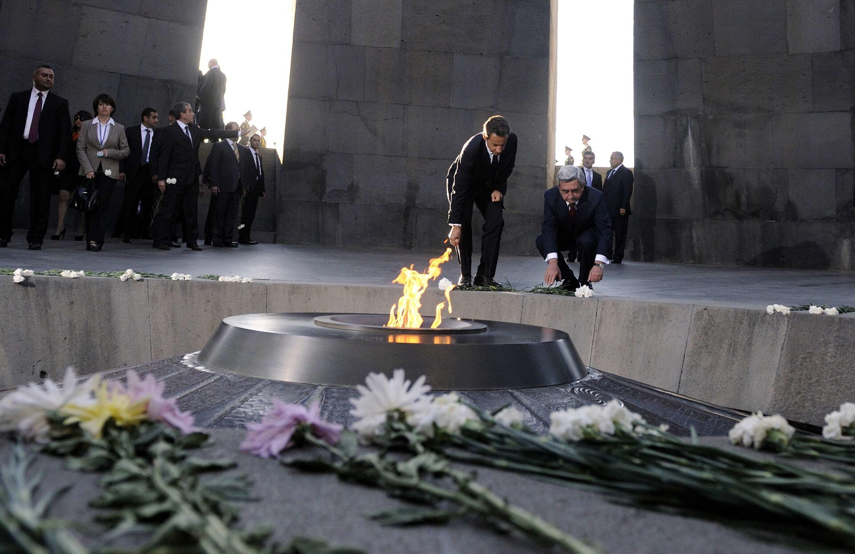 Николя Саркози и Серж Саргсян возлагают цветы на Мемореале геноцида армян. Ереван 06/10/2011