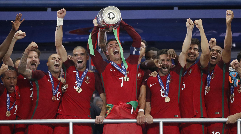 O capitão Cristiano Ronaldo ergue o troféu inédito para Portugal de campeão da Eurocopa 2016.