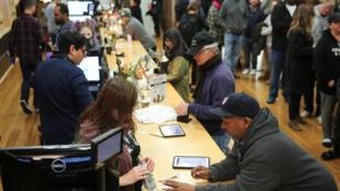 Clientes comprar marihuana para uso recreativo en el primer día de su venta legal en California, Estados Unidos, el 1 de enero de 2018.