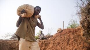 Un mineur dans une mine abandonnée de Nkanzala, en République démocratique du Congo.