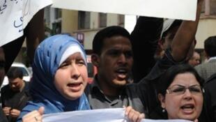 Des journalistes rassemblés à Rabat devant une chaîne publique pour demander une amélioration de leurs conditions de travail et plus d'indépendance à l'égard des autorités, le 25 mars 2011.