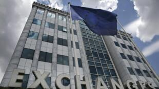 Bandeira da União Europeia diante da Bolsa de Valores de Atenas, na Grécia.