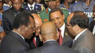 Les présidents tchadien Idriss Deby Itno (G), sud-africain Jacob Zuma (2e G), tanzanien Jakaya Kikwete (2èD) et mauritanien Mohamed Ould Abdel Aziz (D) en conciliabule à Abidjan, le 21février 2011.