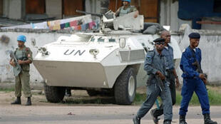 Les véhicules légers blindés de la Monuc et les soldats des Forces armées de la République démocratique du Congo, le 15 mars 2007, autour des résidences de Jean-Pierre Bemba et Azarias Ruberwa à Kinshasa.