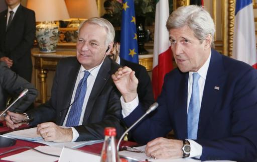 Waziri wa Mambo ya Nje wa Ufaransa Jean-Marc Ayrault (kushoto) na mwenzake wa Marekani John Kerry katika mkutano Quai d'Orsay (wizara ya Mambo ya Nje ya Ufaransa) Machi 13, 2016.