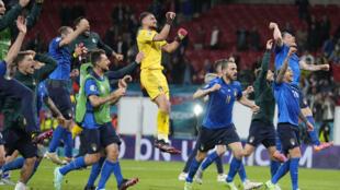 Les Italiens célèbrent avec leurs supporters leur victoire aux tirs au but face à l'Espagne (1-1, 4-2 t.a.b.), en demi-finale de l'Euro 2020, le 6 juillet 2021 au stade de Wembley à Londres