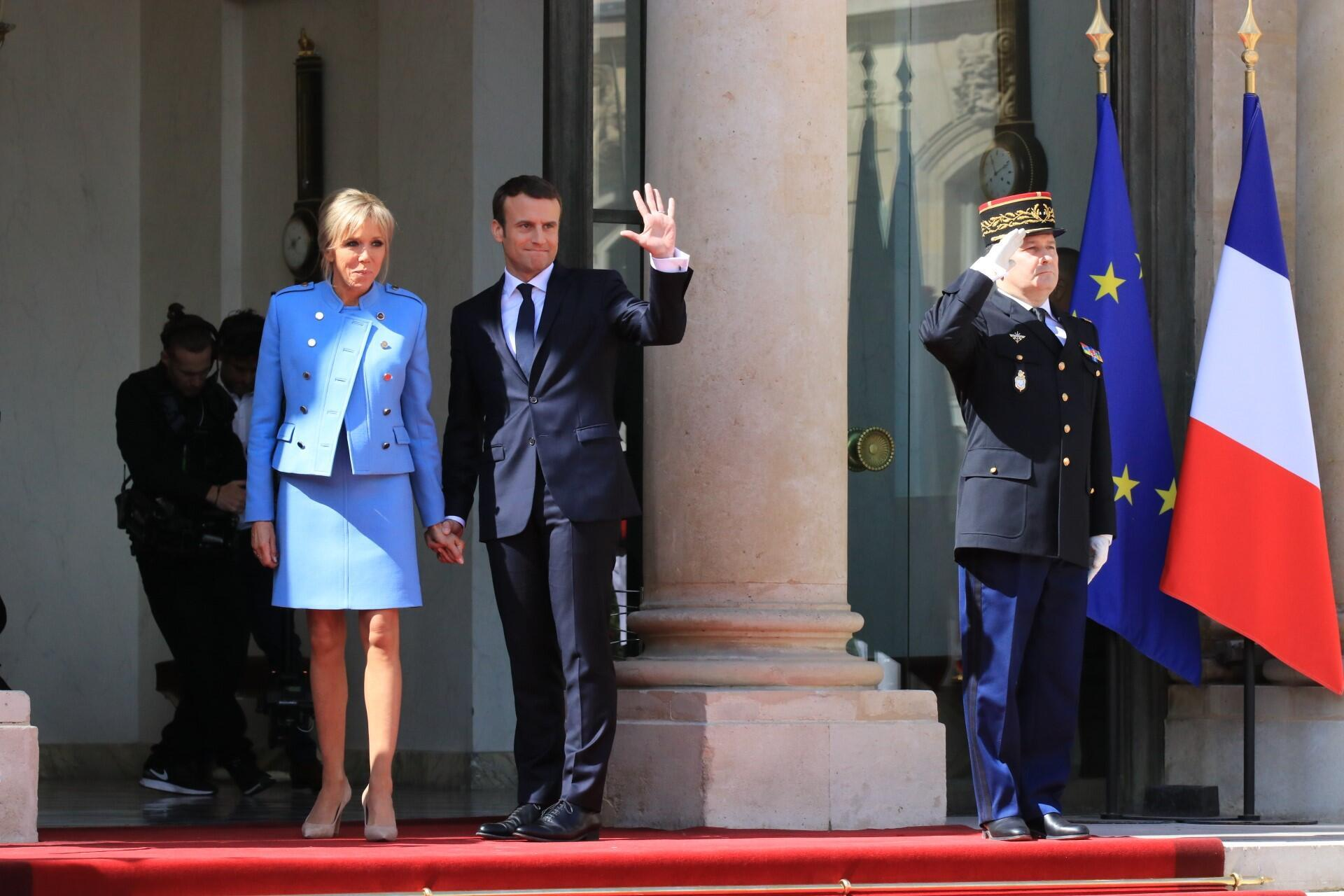 Tổng thống Pháp Emmanuel Macron và phu nhân tại điện Elysées, Paris, ngày 14/05/2017.
