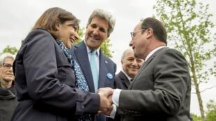 François Hollande (dir.) cumprimenta a prefeita de Paris, Anne Hidalgo, e o secretário de Estado americano, John Kerry, durante cerimônia de 70 anos da vitória dos aliados sobre o nazismo, no Champs Elysées.