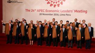 Les chefs d'Etat membres de l'Apec réunis pour la photo de famille, à Lima, le 21 novembre 2016.