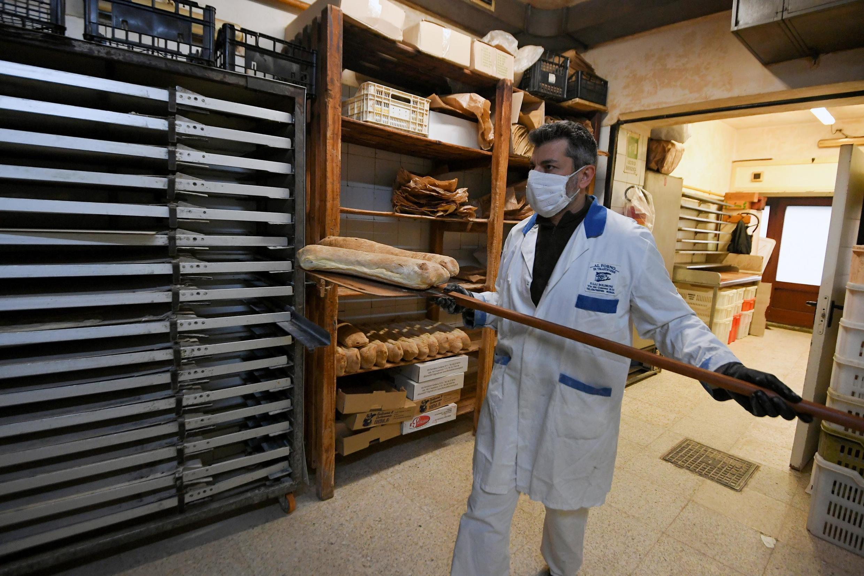 En Italie, dans une boulangerie au temps du coronavirus.