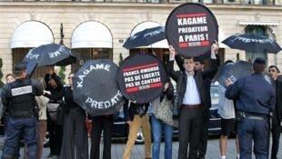 Des membres de RSF protestent, le 13 septembre 2011, devant l'hôtel Ritz contre la venue à Paris du président rwandais Paul Kagame.