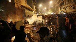 Black Blocs atacam portões da Assembleia Legislativa do Rio de Janeiro durante manifestação de apoio a greve de professores