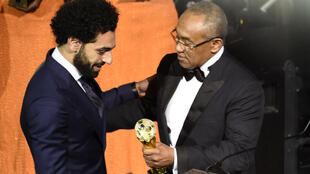 Shugaban Hukumar CAFAhmad Ahmad yayin karrama dan wasan gaba na Liverpool Mohamed Salah.