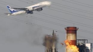 Un avión de línea sobrevuela un campo petrolero iraní. Reuters