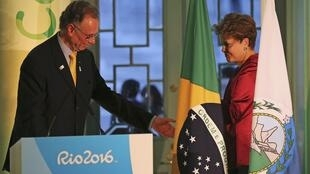 Foto de archivo de la ex presidenta Dilma Rousseff y el presidente del Comité Olímpico Brasileño Carlos Arthur Nuzman en la inauguraciób de Casa Brasil, en Londres.