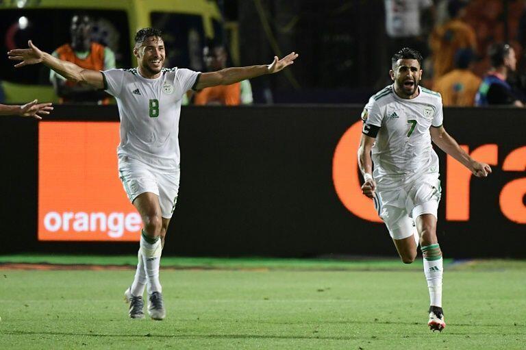 Dan wasan Algeria Riyad Mahrez (daga dama) yayin murnar kwallon daya jefa a ragar Najeriya.