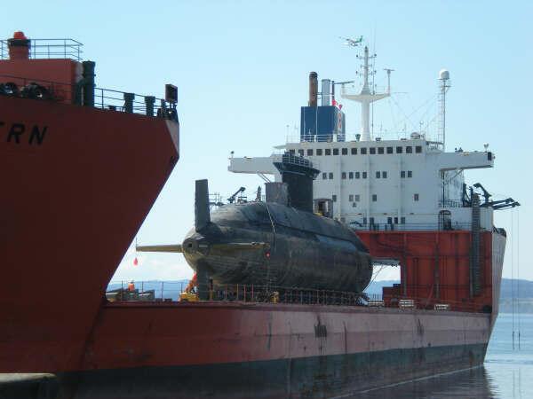 Tàu chuyên dụng chở tàu ngầm Chicoutimi của hải quân Canada