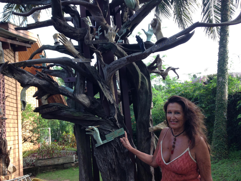 L'arbre sur lequel sont posées des mains en bronze, symbolisant la réconciliation de la population, est l'œuvre de l'artiste française Kaïdin Monique Le Houelleur.