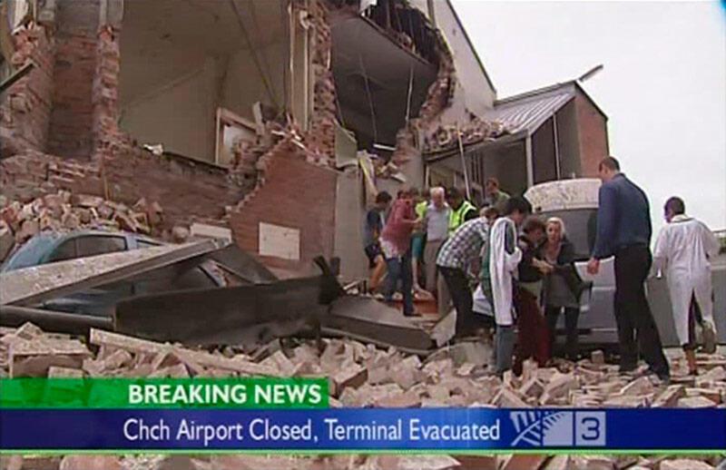 Nhân viên cứu hộ giúp di tản cư dân sau vụ động đất ở Christchurch, New Zealand, ngày 22/ 02/2011.