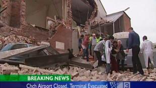 Socorristas evacuan a sobrevivientes del terremoto que sacudió la ciudad de Christchurch en Nueva Zelanda
