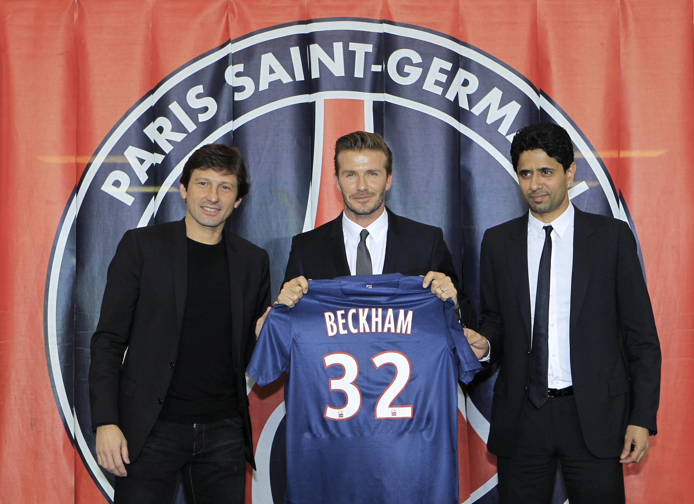 O jogador David Beckham entre o diretor esportivo do PSG, Leonardo (esq), e o proprietário do clube, Nasser Al-Khelaifi (dir)