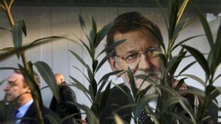 Afiche electoral de Mariano Rajoy en la sede del Partido Popular (PP, derecha) en Madrid.