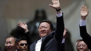 Tsakhia Elbegdorj fête sa réélection, le 27 juin 2013 à Oulan-Bator.