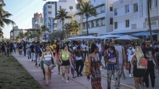 Du khách Mỹ đổ về Miami dịp nghỉ xuân (Spring Break), đại lộ Ocean Drive, Miami Beach, bang Florida, Mỹ, ngày 21/03/2021.
