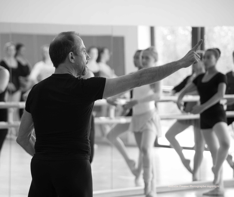 O brasileiro Marcos Verzani, radicado em Paris há 30 anos, é professor da Academia de Dança de Montparnasse.