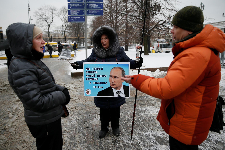 Cử tri đi vận động tranh cử cho ông Vladimir Putin tại trung tâm thủ đô Matxcơva ngày 15/03/2018.