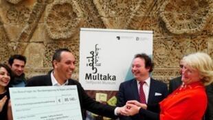 La ministre allemande des Affaires culturelles remet un chèque de 85000 euros pour financer le projet Multaka qui organise les visites dans les musées dans le but de favoriser un dialogue entre les civilisations.