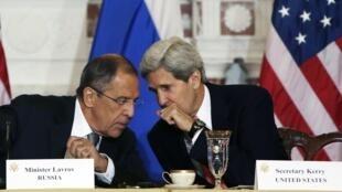 El canciller ruso Sergueï Lavrov (izq.) y su par estadounidense John Kerry (der.) en una rueda de prensa común el 9 de agosto de 2013 en Washington.