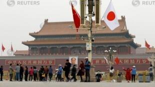 Trung Quốc trương quốc kỳ Nhật Bản đón thủ tướng Shinzo Abe. Ảnh chụp Quảng trường Thiên An Môn, Bắc Kinh, ngày 25/10/2018.