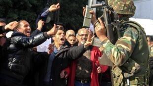 As Forças Armadas acompanham os protestos nas ruas de Tunis contra a situação política no país.