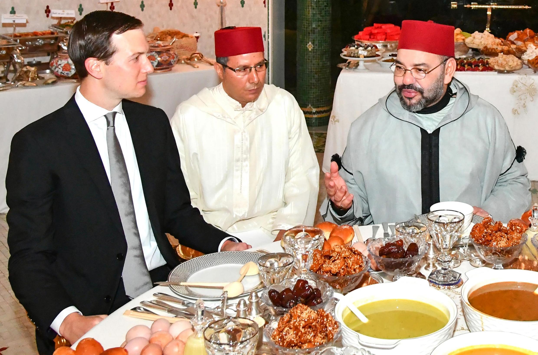 摩洛哥国王穆罕默德六世(右)与库什纳(左)吃开斋饭2019年5月28日皇家宫殿