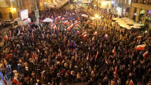 Biển người chống ý đồ thâu tóm quyền lực của chính quyền Ba Lan trong tay đảng Luật Pháp và Công Lý. Ảnh ngày 26/07/2017.