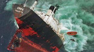 Le pétrolier maltais Erika, au large de Penmarc'h, dans le Finistère. Photo prise le 12 décembre 1999.