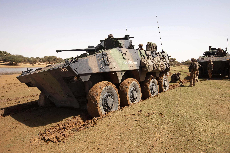 Un véhicule blindé français, près de Gao, le 9 mars dernier. Le quatrième Livre blanc de la Défense prévoit des baisses de moyens dans l'armée, mais un renforcement de ceux destinés à l'Afrique.