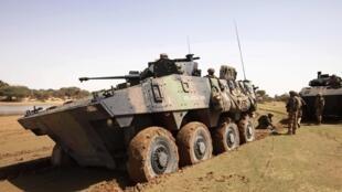Xe bọc thép của Pháp gần thành phố Gao (Mali) ngày 09/03/2013. Sách Trắng về quốc phòng công bố hôm 29/04/2013 dự trù tăng cường phương tiện hoạt động tại châu Phi.