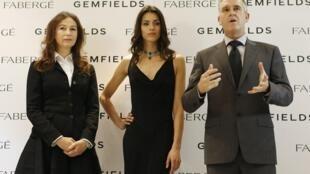 Katharina Flohr (G), la directrice artistique de Fabergé et Ian Harebottle, le directeur général de Gemfields avec au centre un mannequin portant une bijou de la maison Fabergé, le 21 novembre 2012 à Londres.