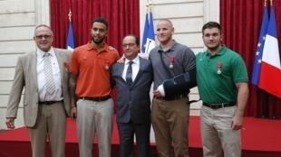 Da esquerda para a direita, em redor do presidente Hollande: o britânico Chris Norman, os americanos Anthony Sadler, Spencer Stone e Alek Skarlatos, 24 de Agosto de  2015 no Eliseu.
