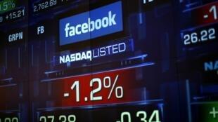 Monitor da Bolsa de Valores de Nova Iorque mostra a cotação das ações do Facebook, nesta imagem do dia 4 de junho.